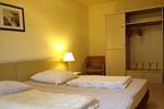 Schlafzimmer mit Schrank in der Ferienwohnung 4 Personen für den Familienurlaub im Ferienclub Lüneburger Heide